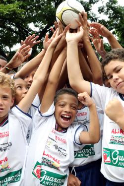Alunos comemoram o lançamento do projeto de Futsal na Alarme