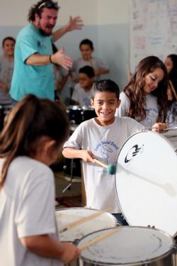 A música encanta o pequeno Alexandre no Centro Social Estoril