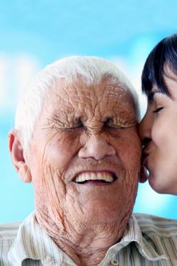 A jornalista Josiane Teixeira beija o rosto do Sr. Olavo e ganha um lindo sorriso
