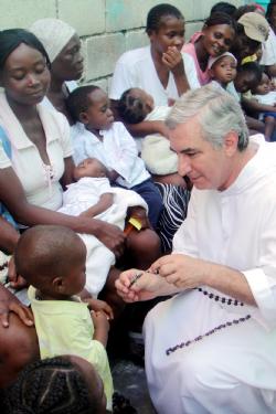 : Frei Francisco, que viaja o mundo ajudando o próximo, durante sua viagem ao Haiti