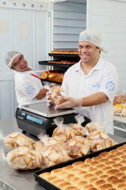 Rodrigo e Pedro se orgulham das delícias da padaria do Renascer.